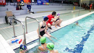 Des cours de natation adaptés aux personnes en situation de handicap sont organisés dans les piscines de l'Aqua Pôle